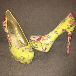 Yellow floral sequin pumps. 🔥🔥🔥
